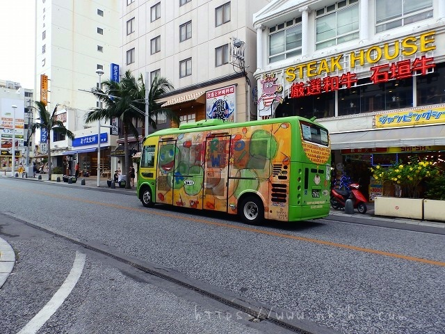 国際通りを走る派手なバス