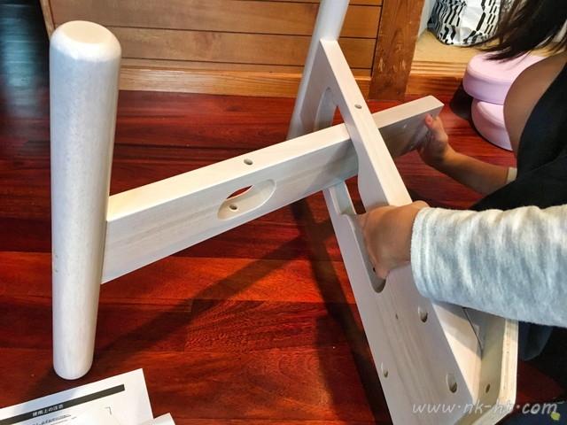 ニトリのバランスチェアの組み立ては最初に木のパーツを組み合わせるところから