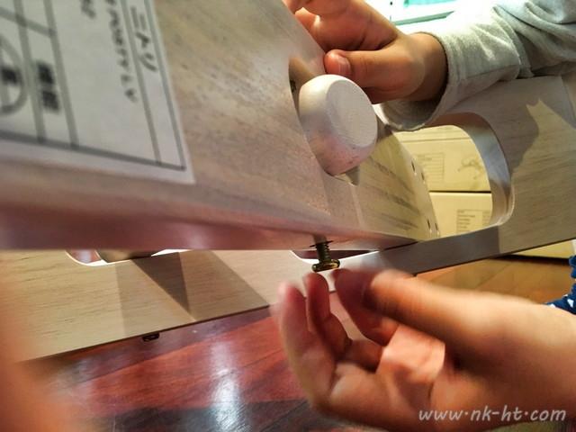 ニトリのバランスチェアの組み立てで高さ調節部分の取り付けはねじ止めが必要です。