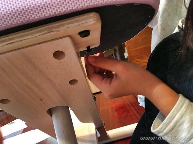 ニトリのバランスチェアの組み立てで座面の取り付けを始めます