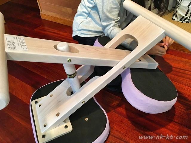 ニトリのバランスチェアの組み立てで膝を乗せるクッション部分も取り付けられました