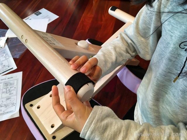 子供たちの勉強椅子として買ったニトリのバランスチェアの組み立てが完了後に足のところにクッションのフェルトを貼り付けます。
