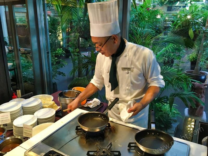 かりゆしアーバンリゾート・ナハの朝食ビュッフェの卵を焼いてくれるシェフ