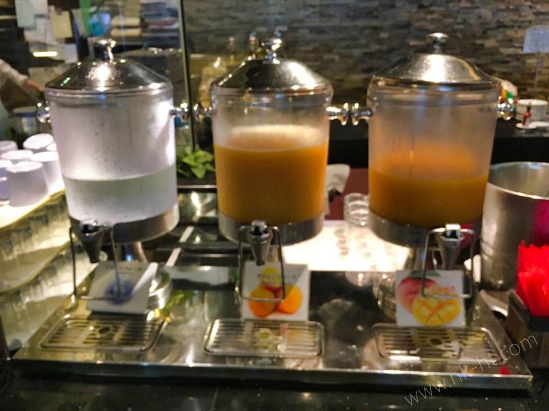 かりゆしアーバンリゾート・ナハの朝食ビュッフェにはマンゴージュースやオレンジジュースもあります