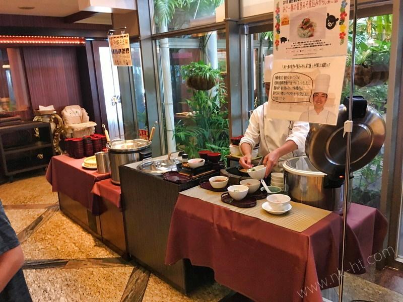かりゆしアーバンリゾート・ナハの朝食ビュッフェには沖縄そばとあぐー豚丼があります。