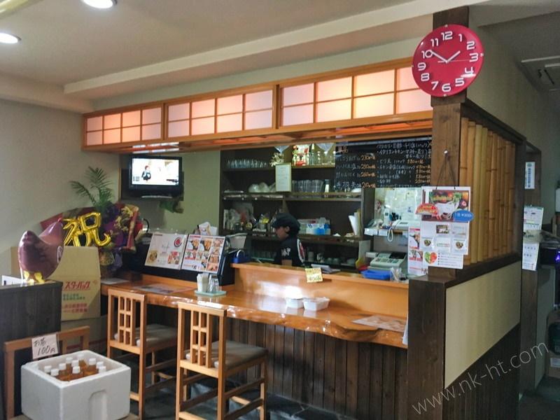 鶏唐揚げ屋さんのとり坊主の店内入ってすぐのカウンターです。
